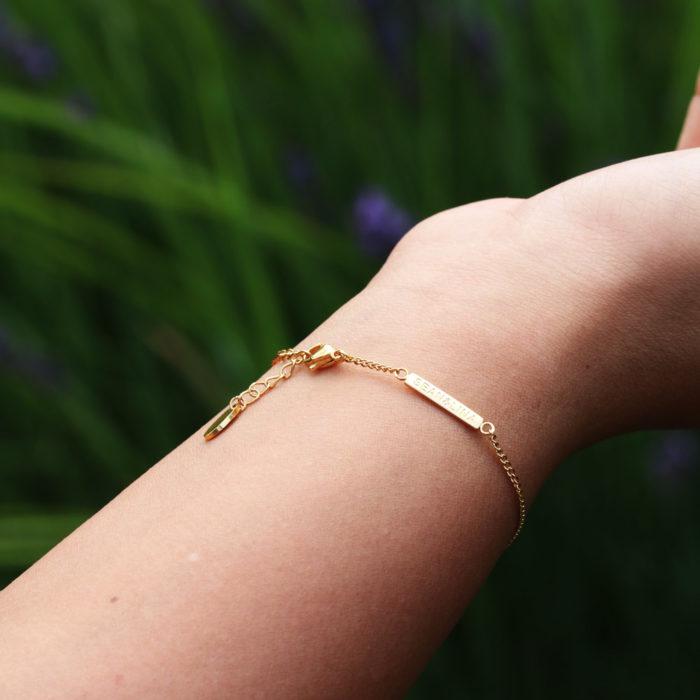 "Armkette Damen ""Rising"" gold Rückseite draussen"